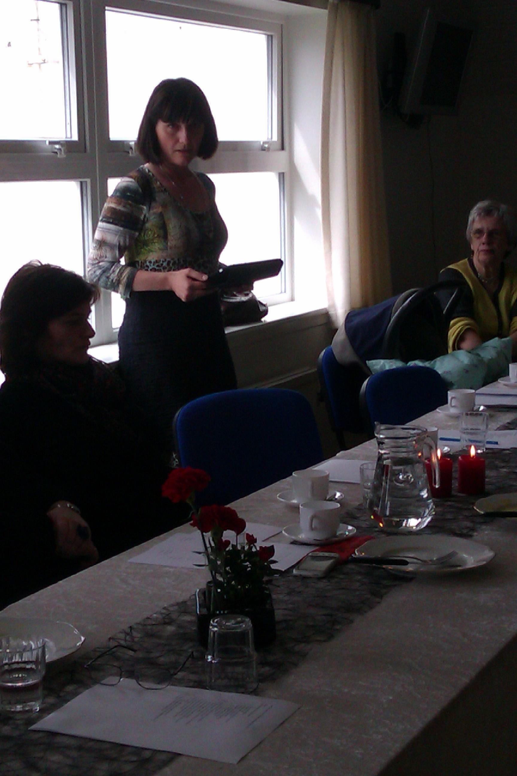 Annika Næs Johannessen lesur ársfrágreiðing frá Valkyrjunum. Ársfundur 2012. Kongshavnar Kvinnufelag vertinnur.